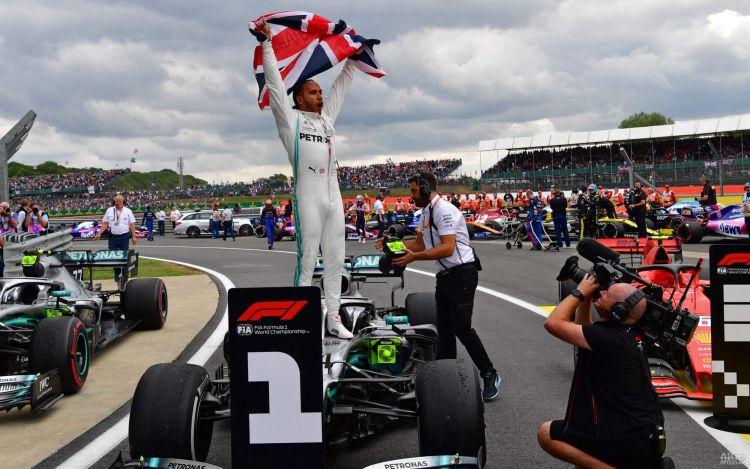 Формула-1: Хэмилтон уверенно побеждает на родине