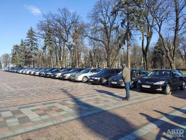 Автомобили Верховной Рады передали врачам