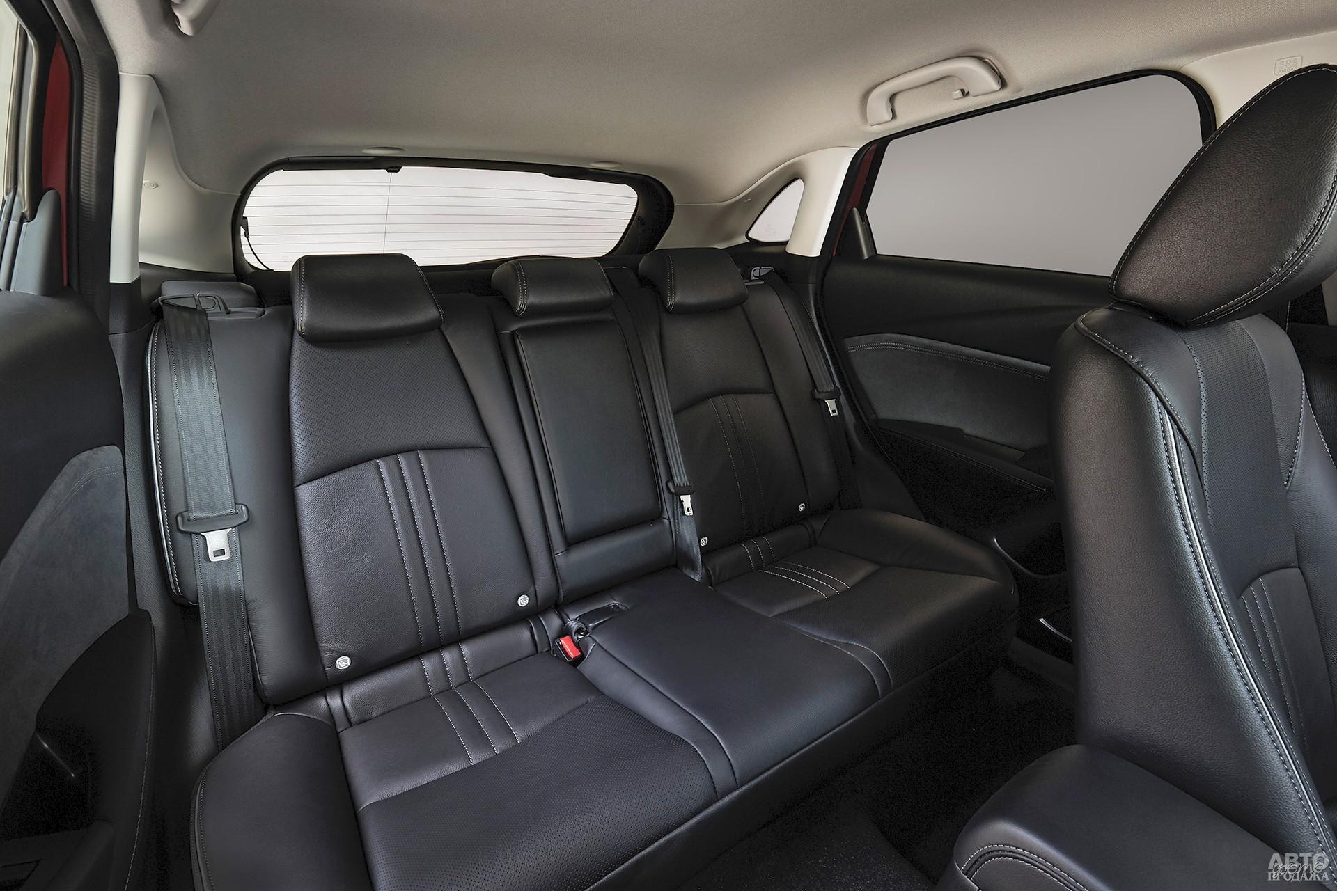 В CX-3 сзади комфортнее двоим пассажирам