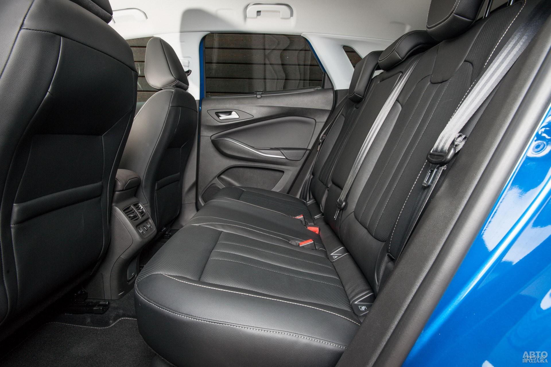 Задние сиденья Grandland X оснащены регулируемой спинкой