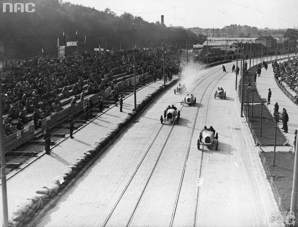 Часть гоночной трассы проходила по трамвайным рельсам