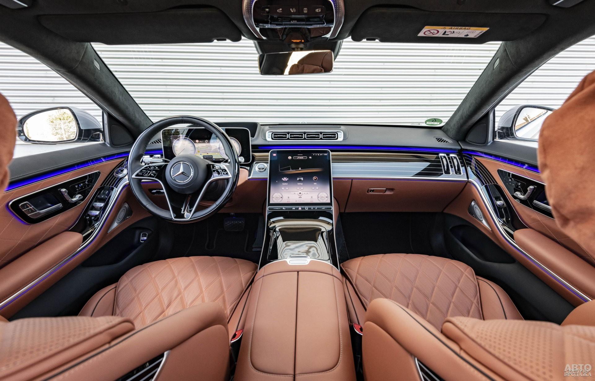 На центральной панели Mеrcedes-Benz – огромный дисплей