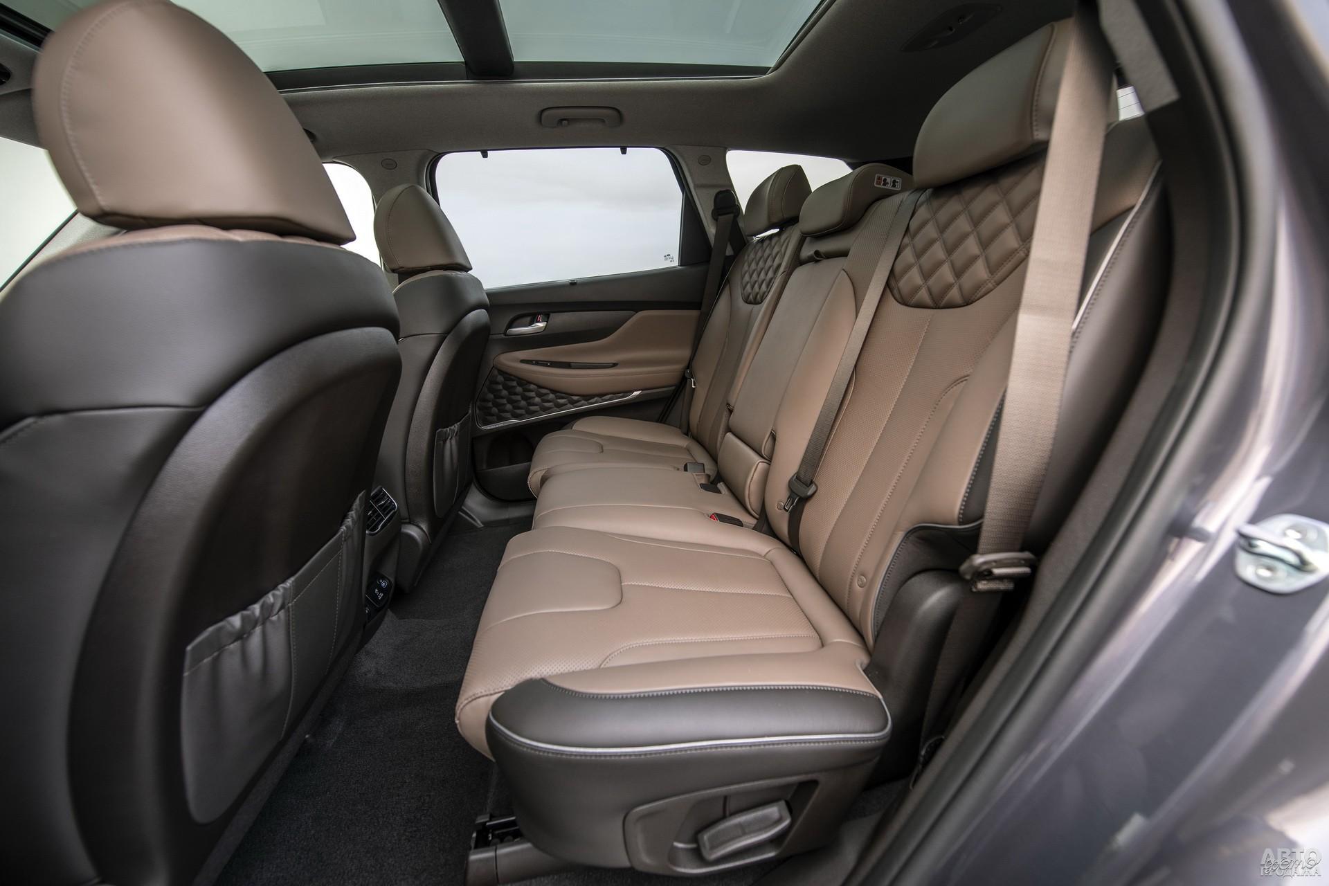 В Santa Fe сиденья оснащены горизонтальной регулировкой и изменяемым углом наклона спинок