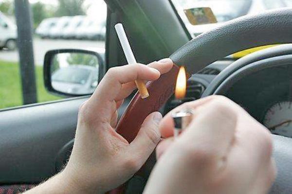 Готовится запрет на курение за рулем