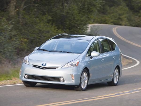 Toyota Prius V: первый гибридный мини-вэн