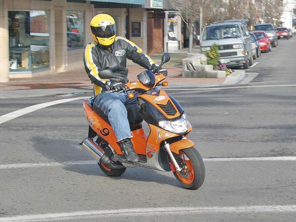 Теперь управлять скутером можно только при наличии водительских прав
