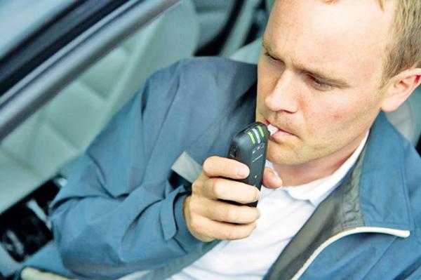Кроме аптечки в автомобиле должен быть … алкотестер