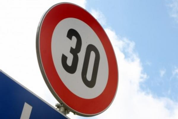 Лимит скорости по городу хотят снизить до 30 км/ч