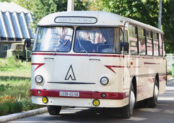 В Киев привезли уникальный ЛАЗ «Турист»