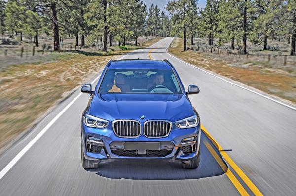В переднем бампере BMW X3 M40i - немаленькие воздухозаборники