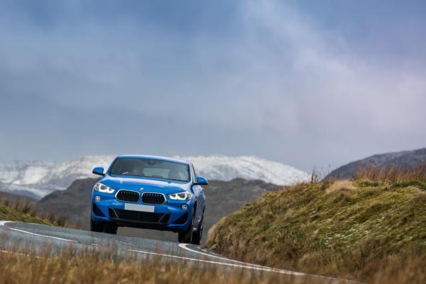 Разделенная решетка радиатора и  высокий капот выделяют новый BMW X2