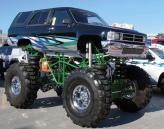 Toyota 4Runner Monster Truck. Под передним бампером машины запросто станет человек среднего роста