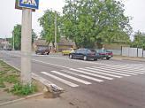 Наближаючись до пішохідного переходу, на якому перебувають пішоходи, водій повинен зменшити швидкість, а за необхідності зупинитися, щоб дати їм дорогу