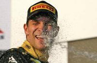 Россиянин Виталий Петров впервые в карьере хлебнул шампанского на подиуме