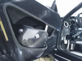 В дверях предусмотрены карманы с держателями для гоночных шлемов