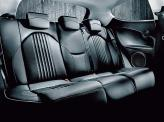 Сзади может быть цельный диван или два отдельных кресла