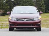 Раскосые фары и решетка радиатора с хромированным молдингом – знакомые черты седана Honda Civic