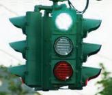 """Светофор """"наоборот"""" в американском городе Сиракузы, где ирландская община потребовала перенести национальный зеленый цвет наверх, чтобы показать превосходство над национальным красным цветом Англии"""