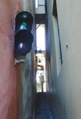 Пражский светофор на одной из самых узеньких улочек мира: чтобы пройти, нужно нажать на кнопку и включить себе зеленый свет, а с противоположного конца улочки на втором светофоре зажжется красный