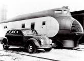 Одна из самых знаменитых фотографий, на которой Крайслер представляет свой аэродинамический автомобиль будущего Airflow вместе с любовью и вдохновением всей своей жизни – локомотивом