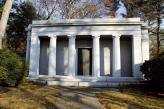Мавзолей, в котором похоронен Уолтер Крайслер, расположен в городке Слипи-Холлоу в штате Вирджиния, около ранчо, в котором знаменитый автомобилестроитель провел последние годы