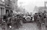 В начале столетия автомобили были крайне удивительной вещью, поэтому участникам марафона в буквальном смысле приходилось продираться через толпы людей