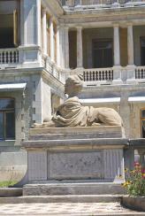 Западный фасад Массандровского дворца опоясали открытые галереи, террасы, балконы, витые лестницы с ажурными решетками – балюстрадами