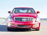Хромированная радиаторная решетка и узкие фары – черты современных Cadillac