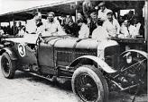 Вулф Барнато (на фото – на пассажирском сиденье) так полюбил автомобили Бентли, компанию и гонки, что несколько лет Bentley Motors существовала фактически за счет его финансов