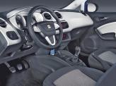 В салоне кроме мягкого пластика и развернутой в сторону водителя центральной консоли появились окрашенные в цвет кузова элементы