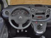 Рычаг коробки переключения передач расположен высоко на центральной консоли