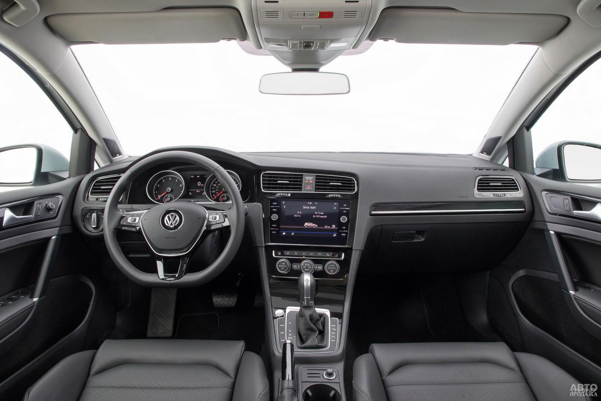 Центральная панель Volkswagen повернута к водителю