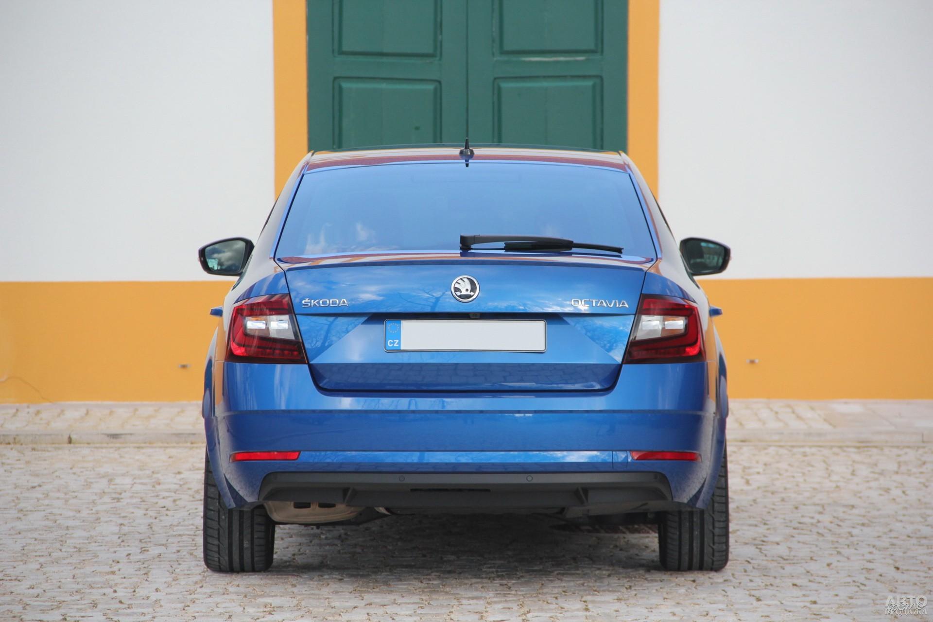 По краям кузова Octavia расположены квадратные фонари