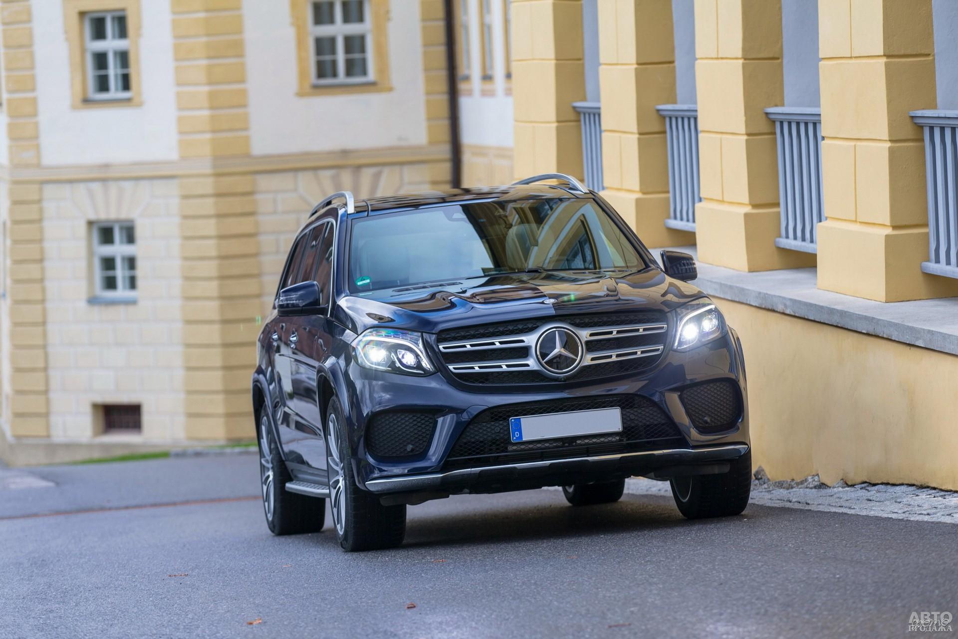 Широкая решетка радиатора Mercedes-Benz_GLS украшена трехлучевой звездой