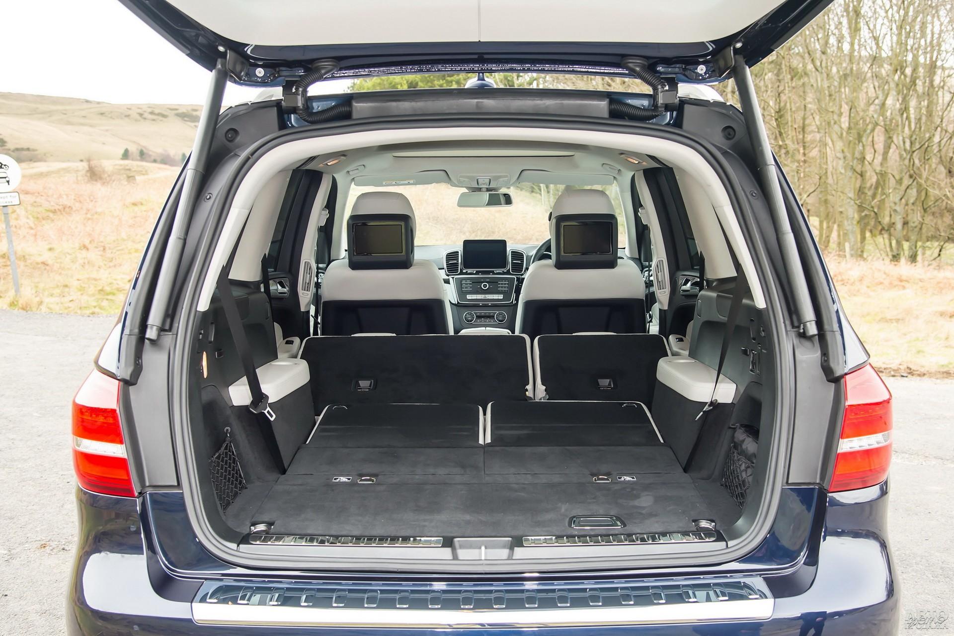 У Mercedes-Benz объем багажника равен 295-2300 л