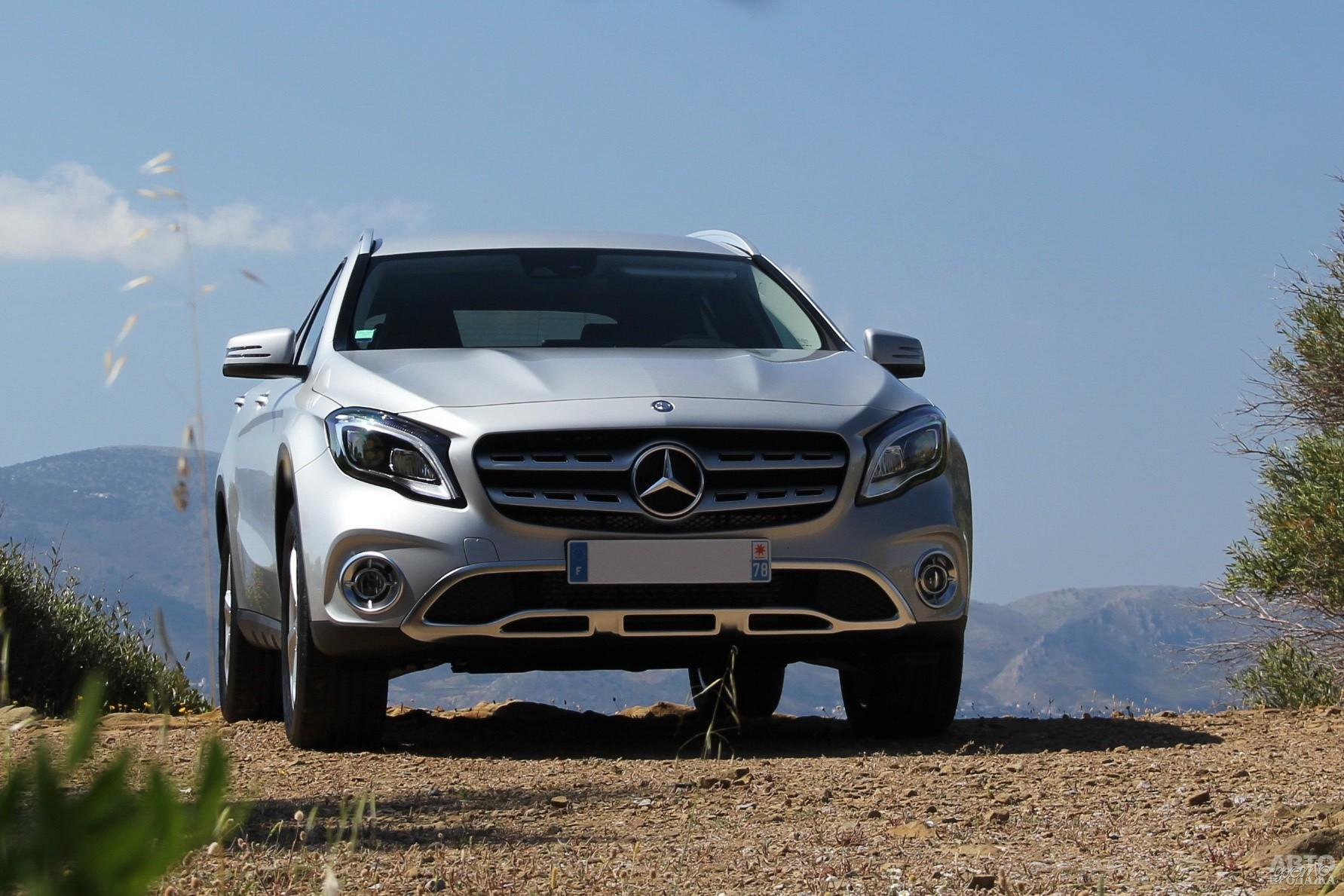 Широкая решетка радиатора Mercedes-Benz_GLA украшена трехлучевой звездой