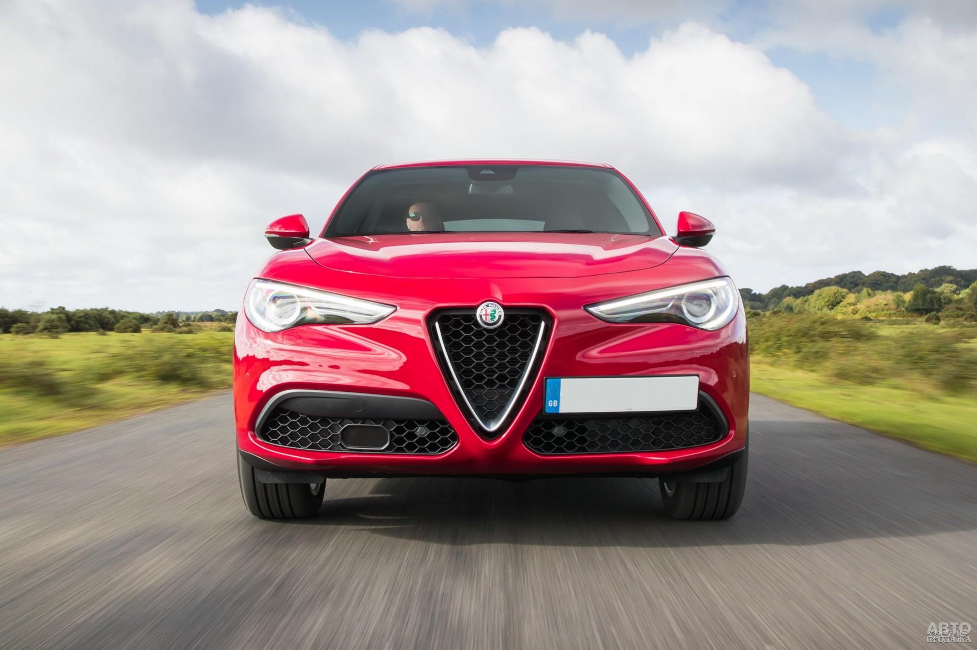 Передняя часть Alfa Romeo_Stelvio не обошлась без фирменного «клюва»
