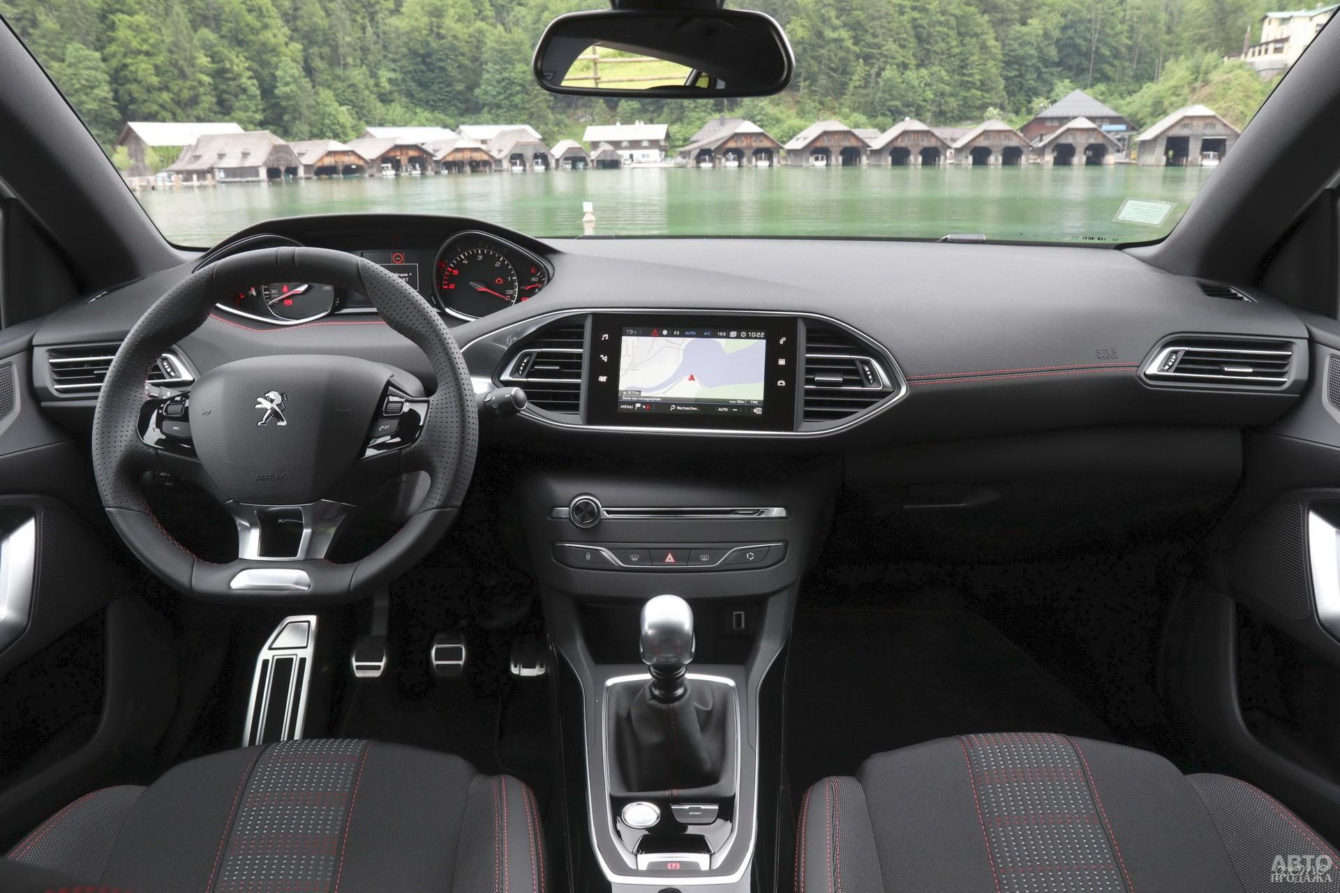 Приборы Peugeot установлены высоко