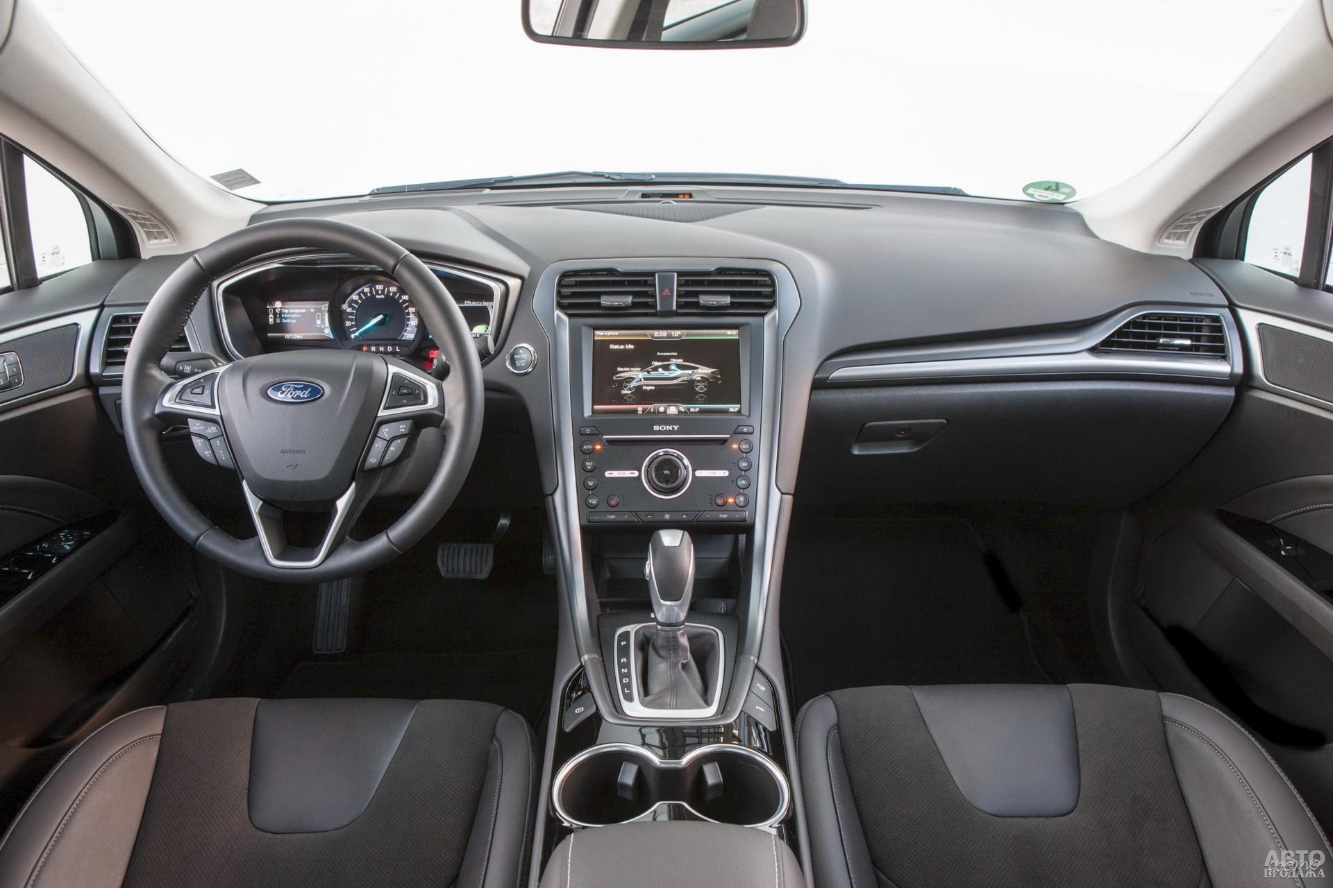 На приборной панели Ford спидометр сочетается с двумя экранами