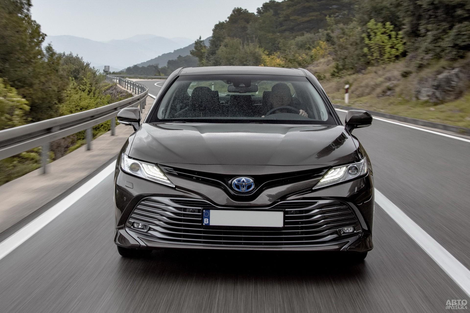 Большой «клюв» и огромный воздухозаборник – черты Toyota_Camry нового поколения