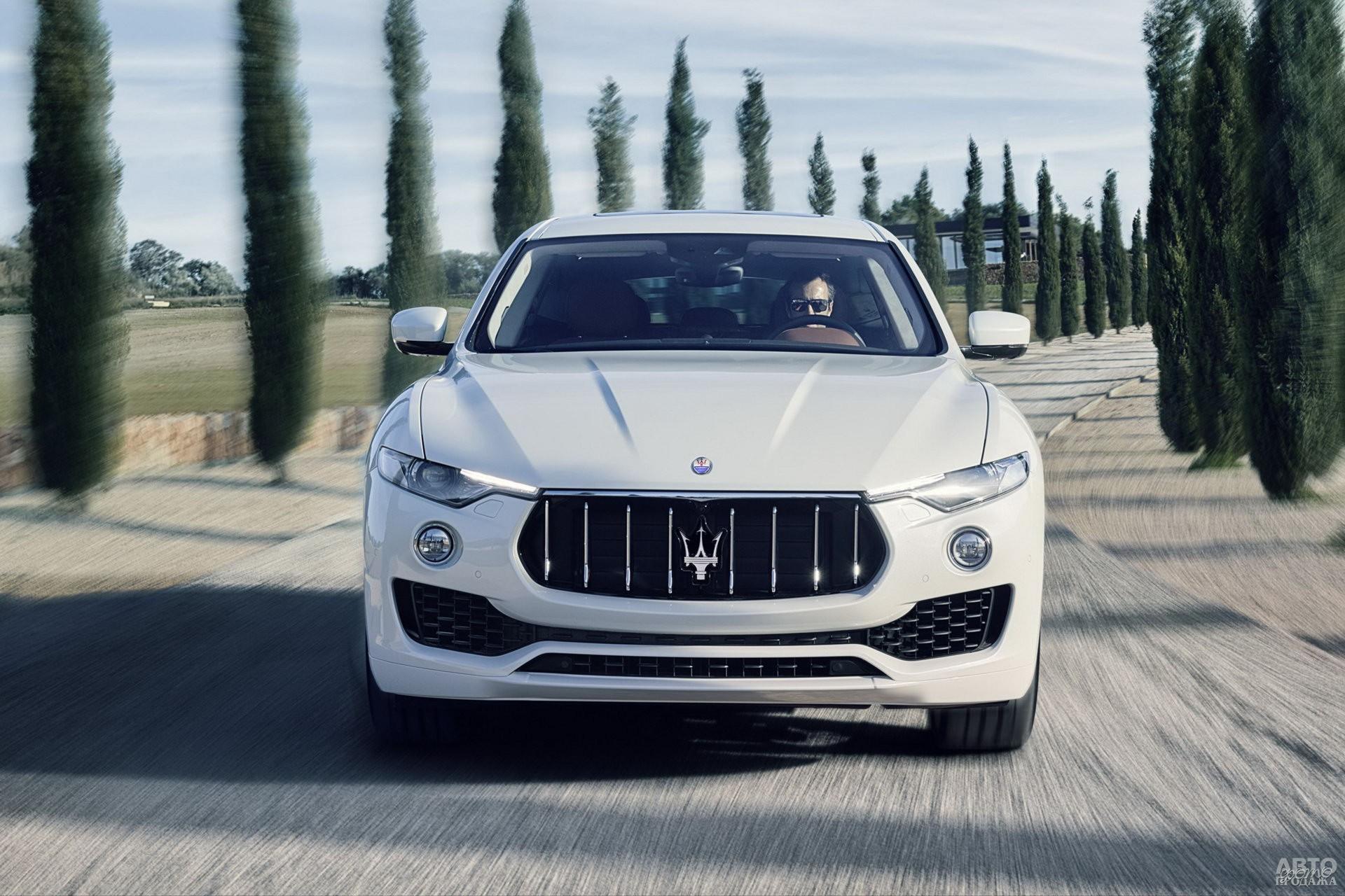 Широкая «пасть» решетки радиатора Maserati_Levante сочетается с узкими фарами