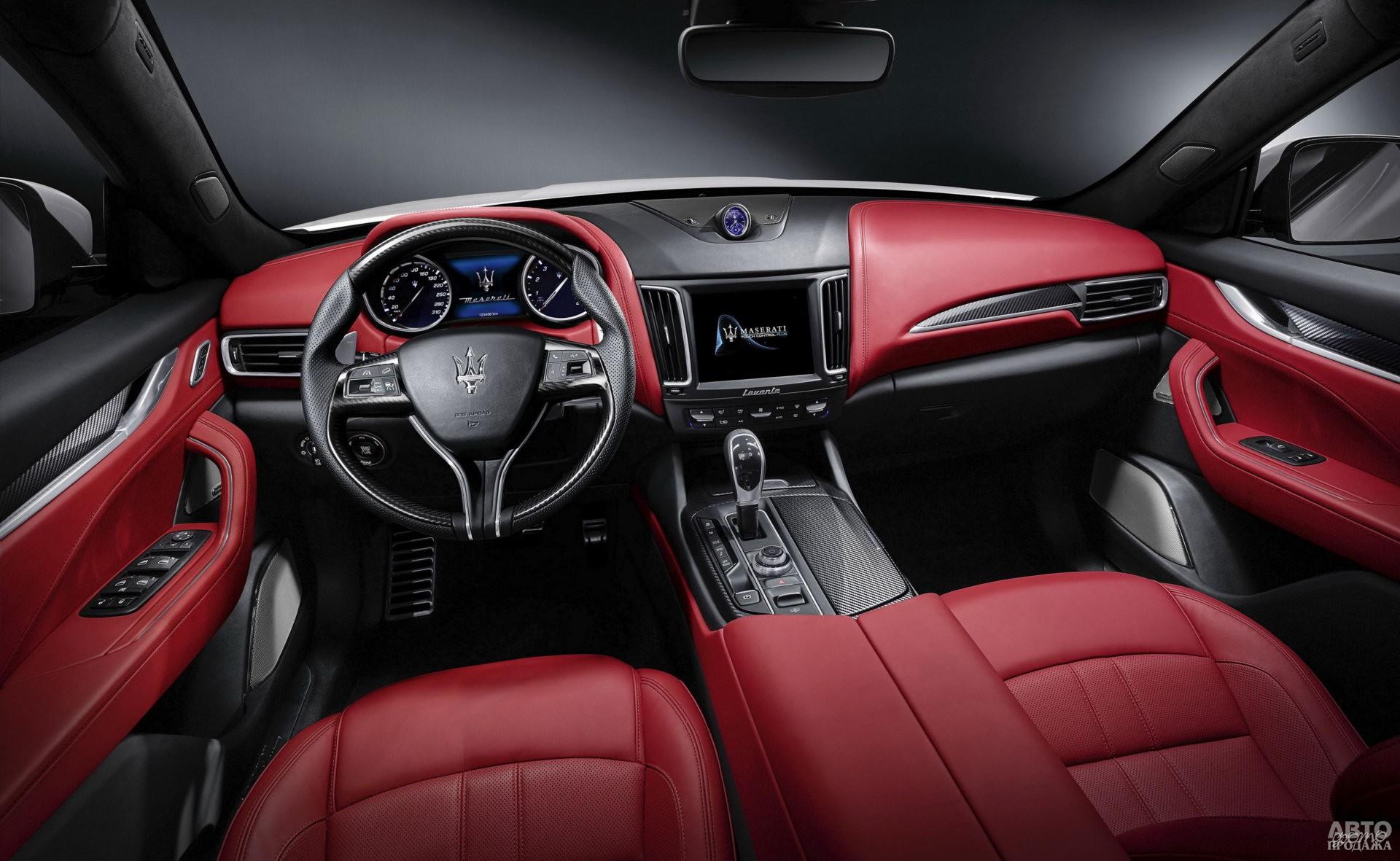 На центральной панели Maserati установлен циферблат часов