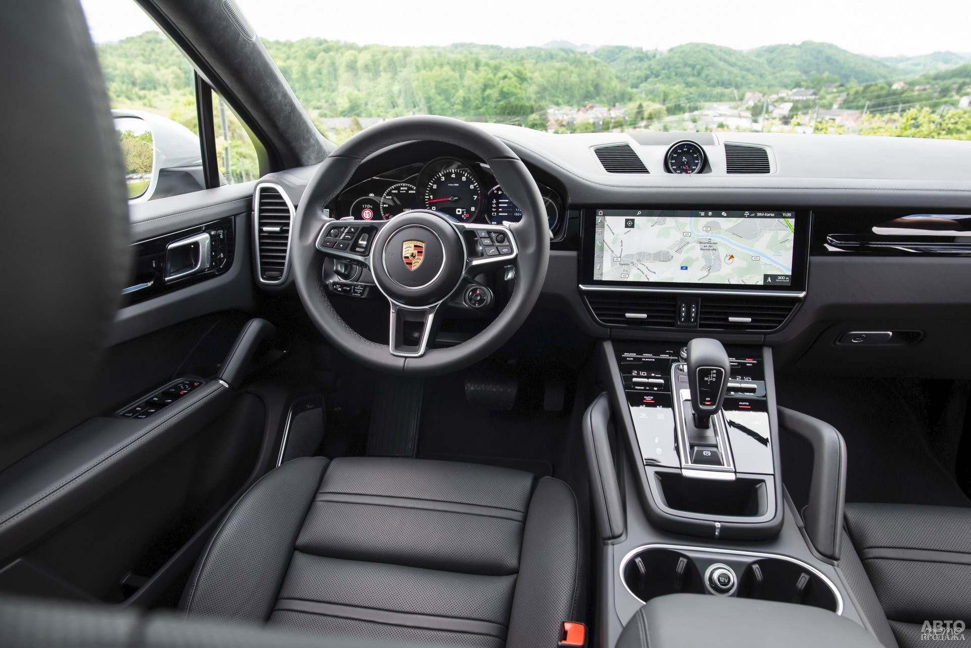 Спидометр на приборной панели Porsche с боков окружен двумя дисплеями
