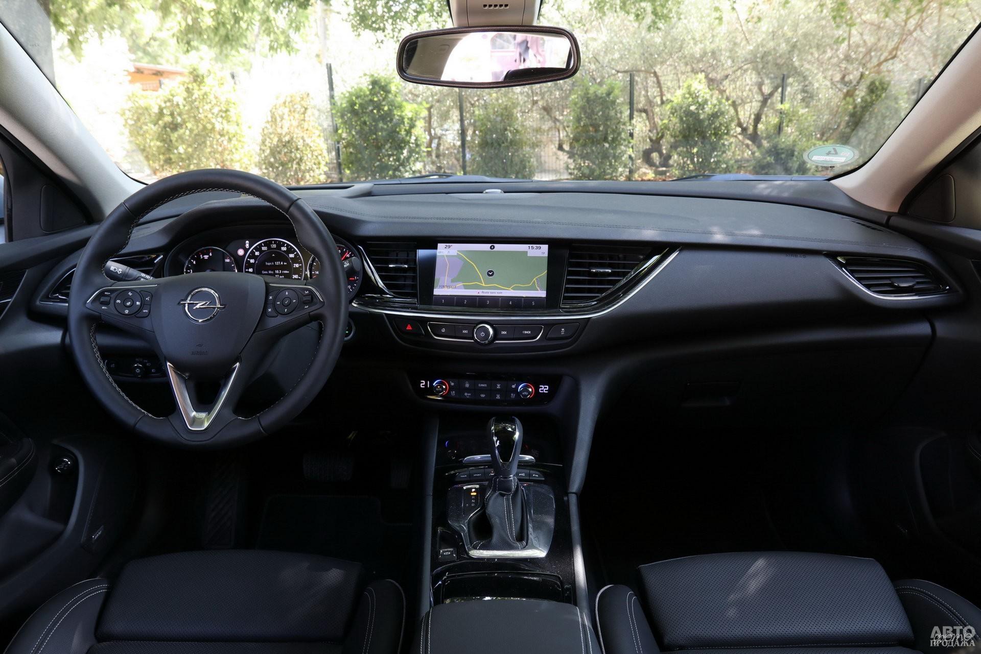 Циферблаты приборов Opel разделены цифровым спидометром