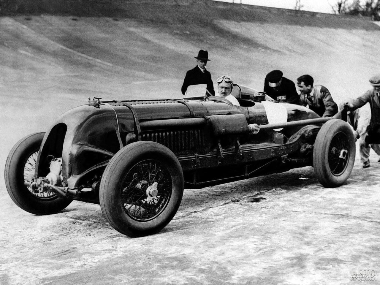 Специально подготовленный Bentley 4 ½ Litre Blower развил в Брукландсе 222 км/ч