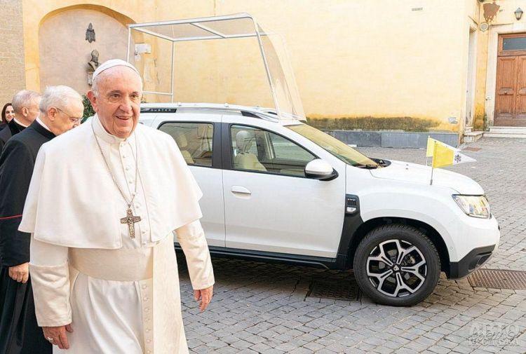 Папа Римский пересел на Dacia Duster