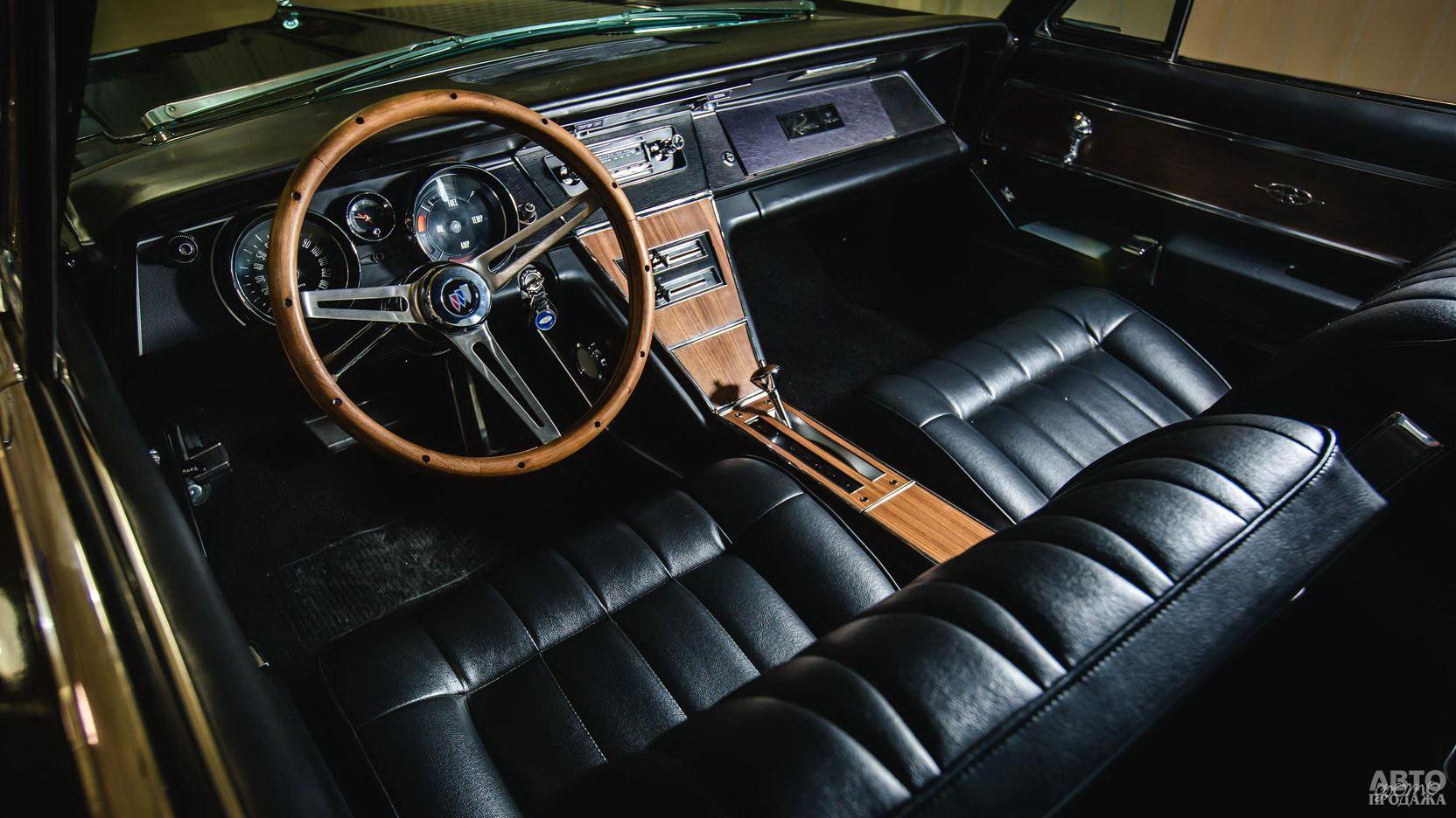 Наклоненная центральная консоль – редкость в автомобилях того времени