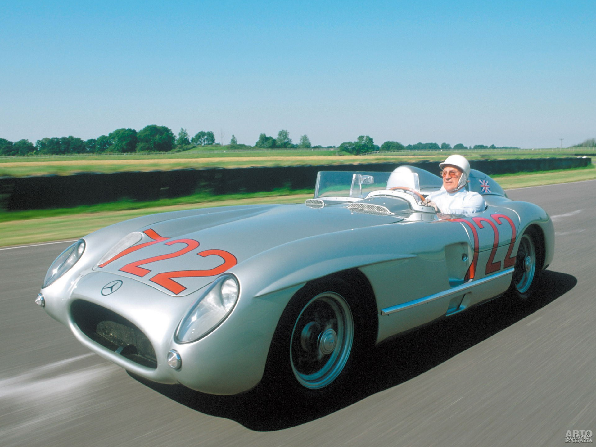 Стирлинг Мосс на Mercedes-Benz 300 SLR выиграл знаменитую гонку Mille Miglia