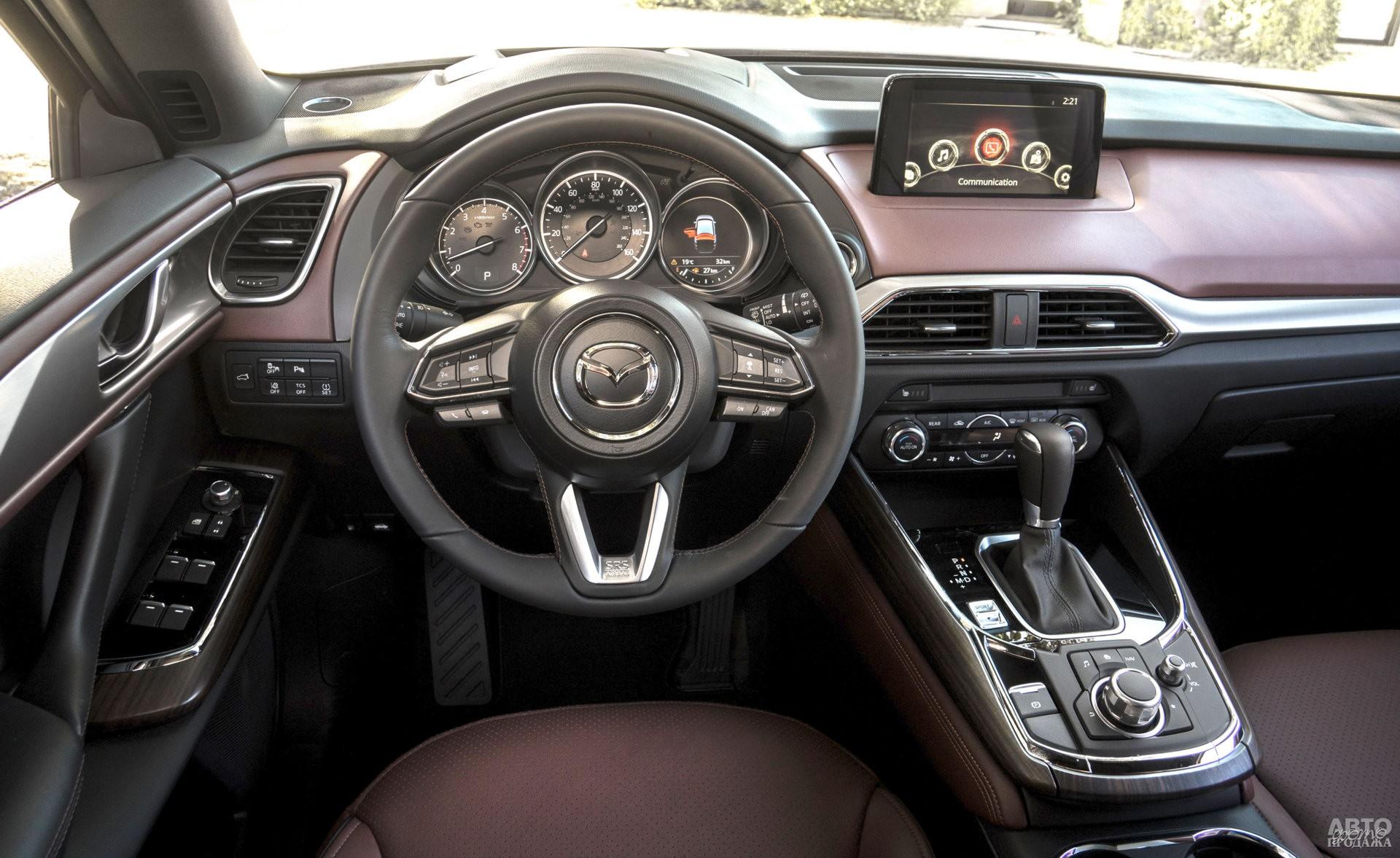 Циферблаты приборов Mazda помещены в отдельные колодцы