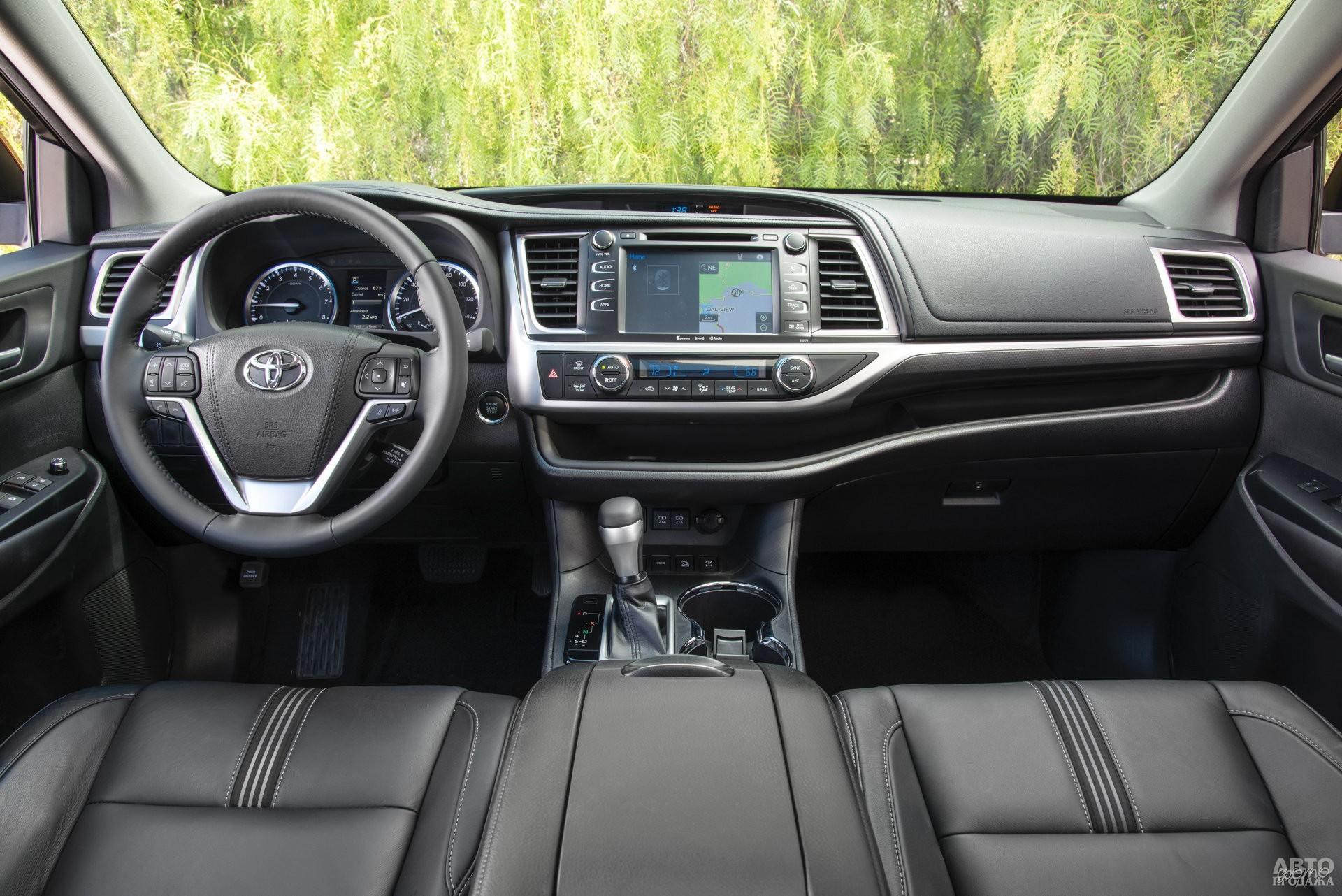 На передней панели Toyota – широкая ниша для мелкой поклажи